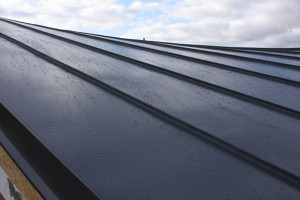 Plechová střecha zatéká