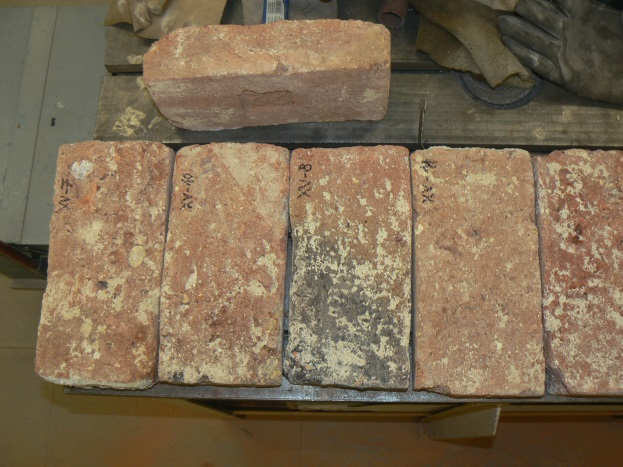 Nejstarší objevené cihly, původně vyrobené z tvarovaného bahna a datování před 7500.