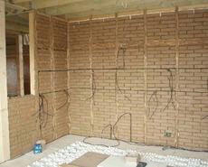 Obr. 3. PAS RD Ptice, ČR, 2011 (atelier KUBUS) Dřevostavba 2×4 svnitřními akumulačními stěnami znepálených cihel a hliněnými omítkami (foto atelier KUBUS).