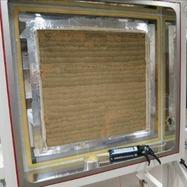 Obr. 5. Testované vzorky vklimatické komoře – (d)stěna zdusané hlíny (směs C_S10/W10[8]) (foto Jakub Diviš)