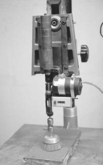 Obr. 7 Zkouška přilnavosti zatíženým kovovým kartáčem