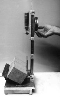 Obr. 8 Zařízení pro měření odolnosti rohů hliněných cihel[2]