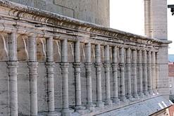 Zařasené zábradlí na katedrále